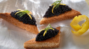 Czarny kawior z bieługi na kawałkach chleba razowego